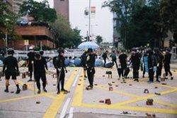 Diversos militars xinesos s'uneixen a ciutadans de Hong Kong per retirar les barricades de les protestes (Daniel William McKnight)