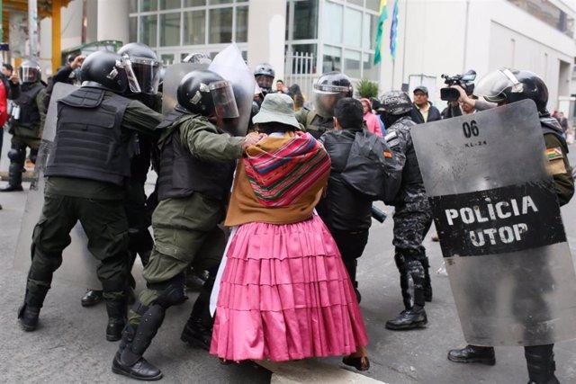 Enfrentamientos entre manifestantes a favor del expresidente de Bolivia, Evo Morales, y la Policía del país en La Paz.