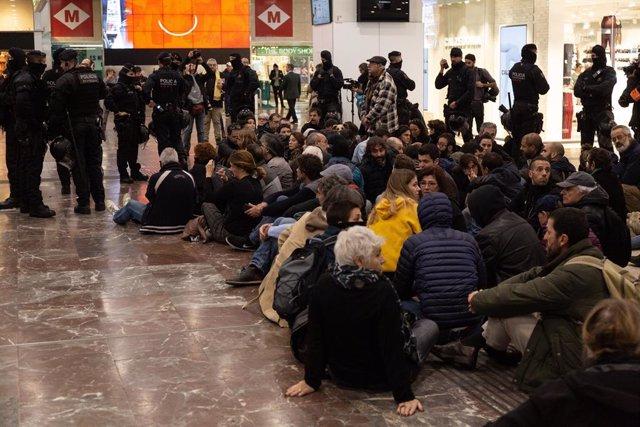 100 concentrats a l'estació de tren Barcelona Sants convocats pels CDR.