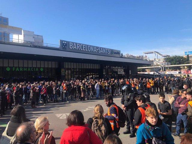 800 concentrats davant l'estació de tren Barcelona Sants convocats pels CDR el 16 de novembre del 2019.