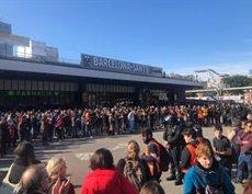Els concentrats a l'exterior de Barcelona Sants canten 'Els segadors' davant el cordó dels Mossos (EUROPA PRESS)
