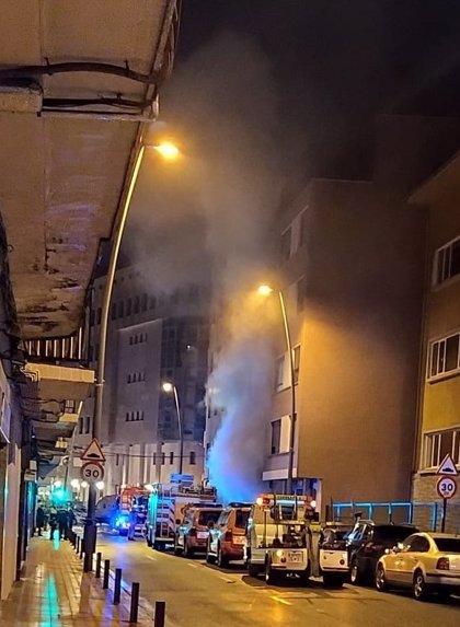 El incendio declarado en un garaje de Barakaldo causa daños en cuatro vehículos