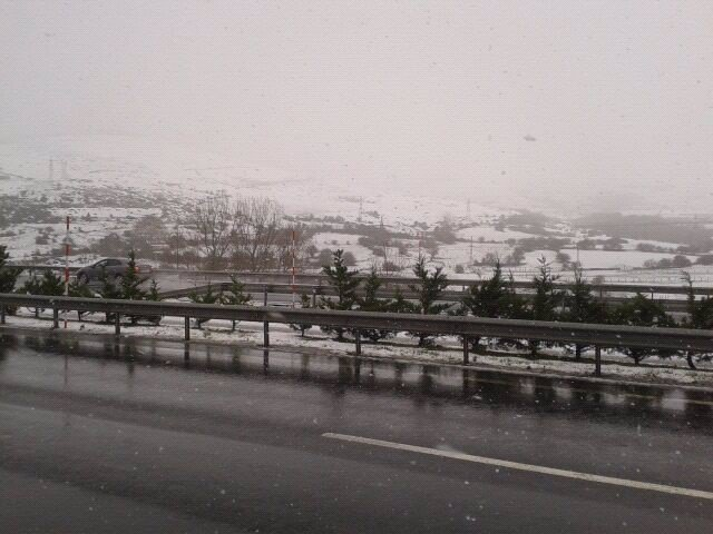 Nieve en Cantabria, carreteras. Foto de archivo