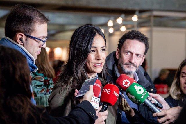 La vicealcaldesa de Madrid, Begoña Villacís(i), atiende a los medios en la inauguración del Rastrillo Nuevo Futuro junto al portavoz adjunto de Ciudadanos (Cs) en el Congreso, Edmundo Bal (d) en Madrid (España) a 16 de noviembre.