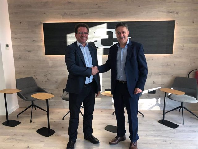 Antonio Tomás, fundador y administrador de VI3 Informática, y Josep Obiols, ceo de Control Group, tras cerrar el acuerdo de compra por parte de esta última, en noviembre de 2019