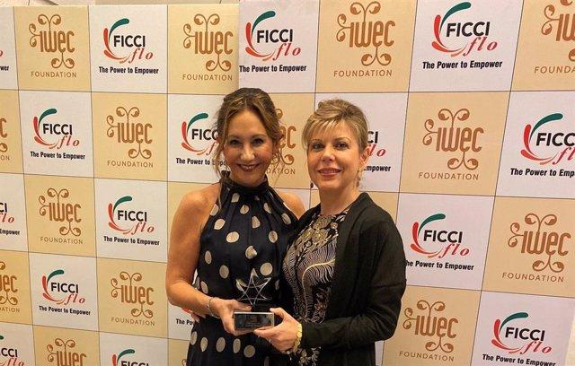 Arancha Manzanares (vicepresidenta d'Ayesa) mostra el seu premi IWEC 2019 amb Mar Santana (directiva a CaixaBank i consellera d'IWEC).