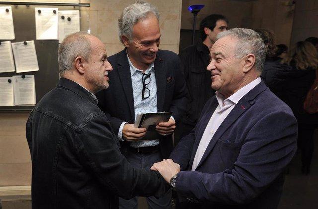 Miguel Gracia saludando a José Manuel Navia, fotógrafo, y con ellos el director de Visiona, Pedro Vicente.