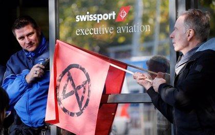 Cambio climático.- Ecologistas bloquean la terminal de aviones privados del aeropuerto de Ginebra