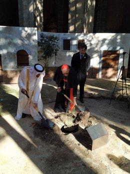 El cardenal arquebisbe de Barcelona, Joan Josep Omella, i el cònsol dels Emirats Àrabs Units (EAU) a Barcelona, Mohammad AlShamsi.