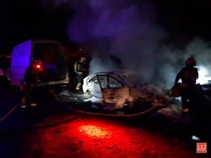 Dos coches calcinados en un incendio en un desguace de Castañeda
