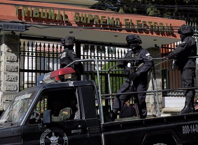 Policías desplegados frente al Tribunal Supremo Electoral de Bolivia (Imagen de archivo)