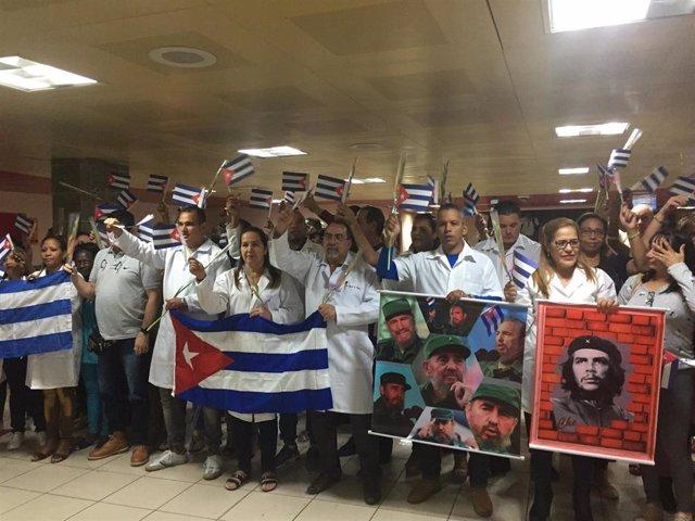 Un primer grupo de 224 médicos regresa de Bolivia a Cuba.