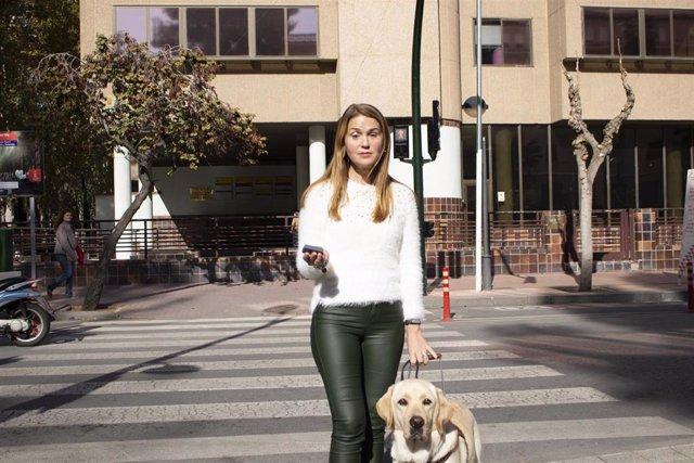 Una de las personas con discapacidad visual que se mueve de manera habitual por el centro de Murcia, Paula Pascual