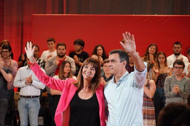 La secretaria general del PSE-EE, Idoia Mendia, y el presidente del Gobierno en funciones, Pedro Sánchez, saludan durante el acto en el que se le proclama a Mendia como candidata a lehendakari, en Barakaldo (Vizkaya/Esukadi/España) a 6 de octubre de 2019.