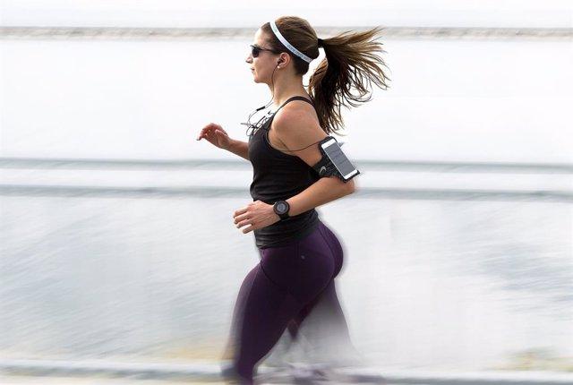 Mujer haciendo running con un teléfono móvil.
