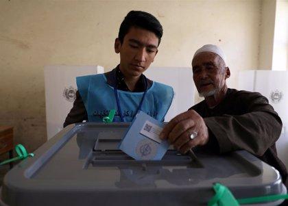 La Comisión Electoral afgana reanuda el recuento de votos tras resolver las quejas de los candidatos