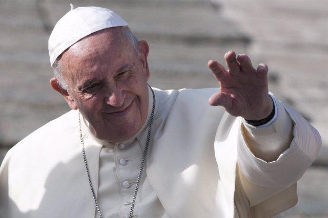 El Papa come con 1.500 pobres en el Vaticano