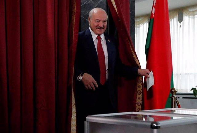 Aleksandr Lukashenko vota en las elecciones parlamentarias de Bielorrusia