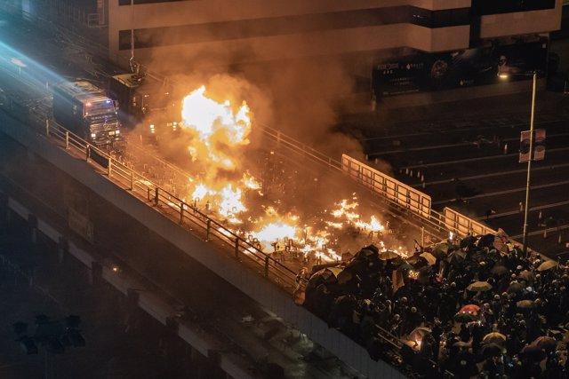 Manifestantes prenden el acceso a la universidad Politécnica de Hong Kong