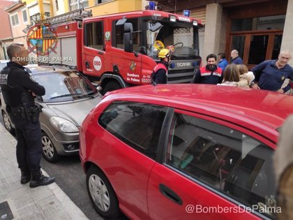 Los Bomberos de Palma rescatan a una menor que se ha quedado encerrada en el interior de un vehículo en Palma