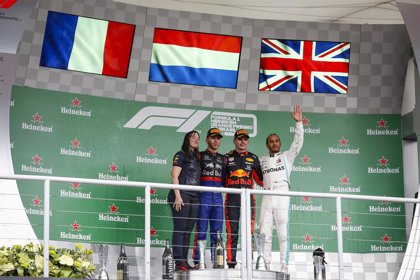 Sainz firma la remontada perfecta y Verstappen gana la locura de Brasil