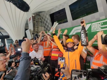 Sainz logra su primer podio y Verstappen gana la locura de Brasil
