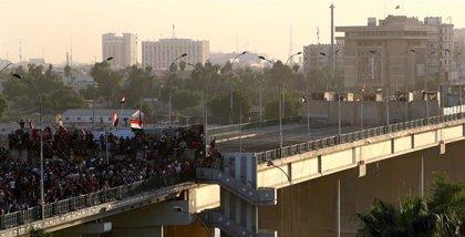 Los manifestantes recuperan un tercer puente de Bagdad durante la jornada de huelga general