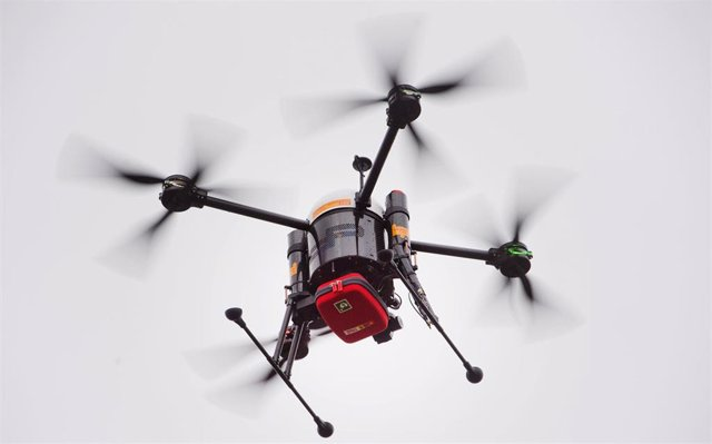 04 November 2019, Mecklenburg-Western Pomerania, Penkun: A drone transports a defibrillator, small devices that can revive the heart with an electric shock in the event of a cardiac arrest.