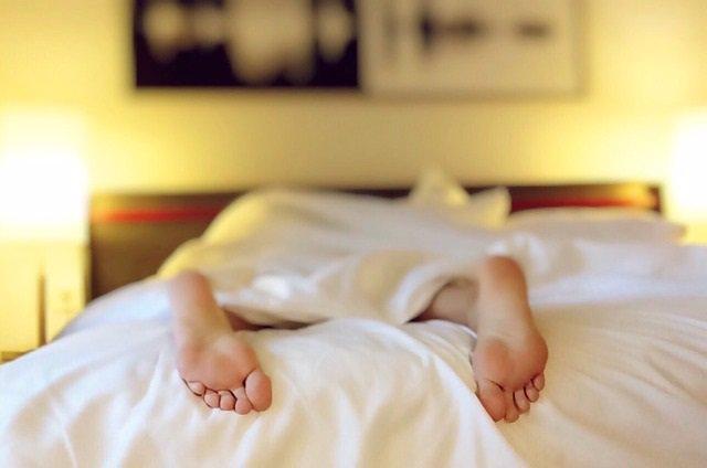 Durmiendo, dormir, cama, pies, sueño