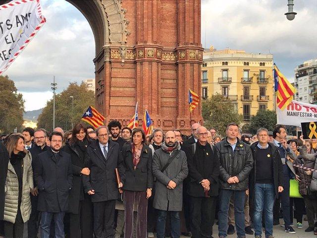 El president de la Generalitat, Quim Torra, arriba al TSJC per ser jutjat, i li abrigalla el Govern i membres de partits i entitats, el 18 de novembre de 2019