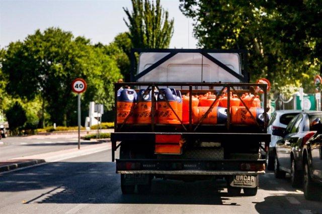 Camión cargado con varias bombonas de butano.