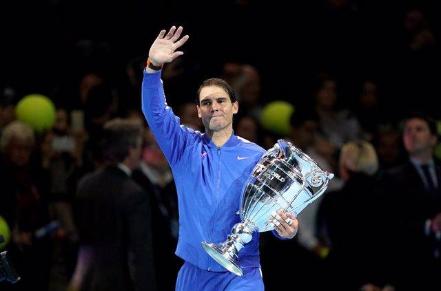 El tenista español Rafa Nadal sostiene el trofeo como número uno del mundo de la ATP de 2019 en el O2 Arena de Londres