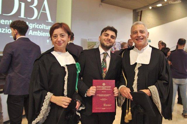 Giulio Dimaria flanqueado por los directores de su trabajo, Vittoria Catara y Jesús Murillo