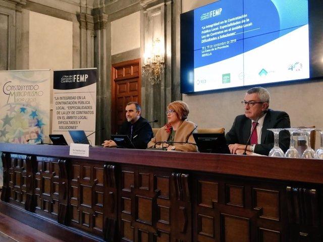 La secretaria general de la Federación Andaluza de Municipios y Provincias (FAMP), Teresa Muela, participa en Sevilla en unas unas jornadas sobre la contratación pública local.