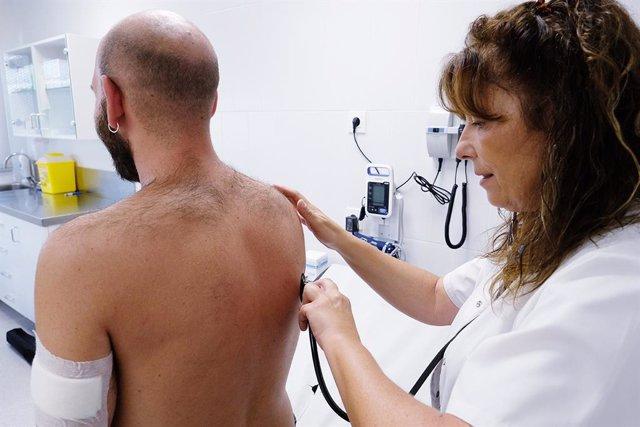 Exploració a un pacient al CAP Roger de Barcelona