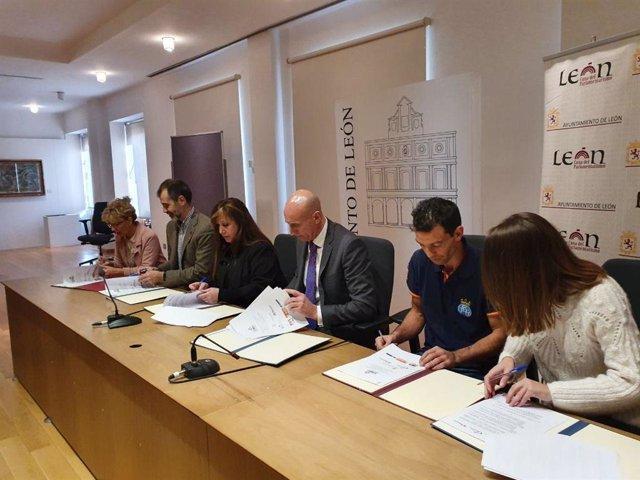 El alcalde de León, José Antonio Diez, firma el convenio de colaboración junto a los diferentes representantes de las asociaciones que ponen en marcha 'La Casa de Todos'.