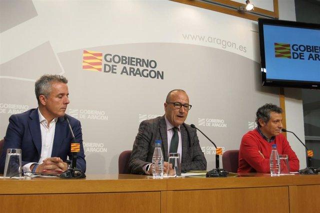 El consejero de Educación, Cultura y Deporte del Gobierno de Aragón, Felipe Faci, el director general de Deporte, Javier de Diego, y el responsable de Deportes de Aragón TV, Pedro Hernández.