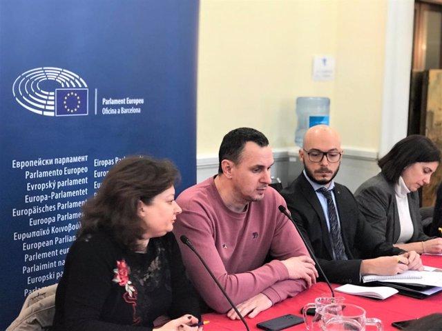 El cineasta ucraïnès Oleg Sentsov en roda de premsa amb el director de l'Oficina del Parlament Europeu a Barcelona, Sergi Barrera, al Col·legi de Periodistes de Catalunya el 18 de novembre del 2019