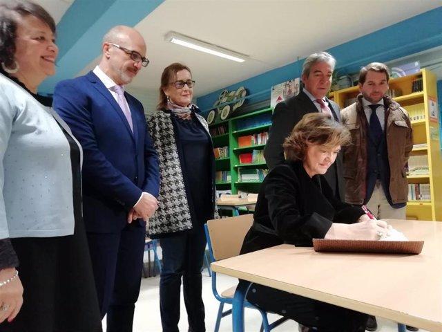 Carmen Calvo firma en el libro de honor del Colegio Público Carmen de Burgos, en Cabra (Córdoba), ante autoridades locales y provinciales.