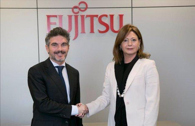 El president de l'Associació Espanyola de Directius, Xavier Gangonells, i la presidenta de Fujitsu a Espanya, Ángeles Delgado