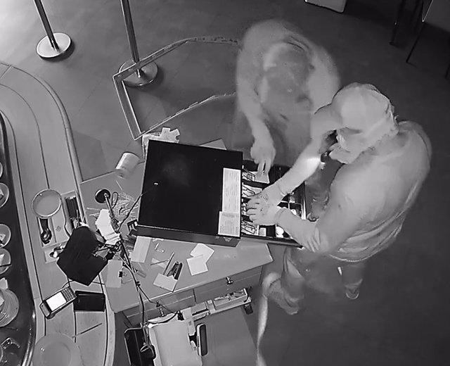 Fotograma de uno de los asaltos a un establecimiento perpetrado, presuntamente, por los ahora detenidos.