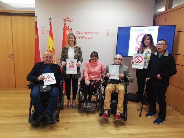 La concejala de Movilidad Sostenible y Juventud, Rebeca Pérez y la concejala de Mayores, Discapacidad y Cooperación al Desarrollo, Paqui Pérez junto a la vicepresidenta de Aspaym, María del Mar Martínez acompañados por miembros de la asociación.
