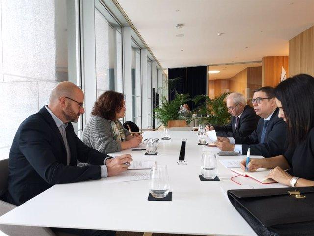 La consellera de Agricultura, Pesca y Alimentación, Mae de la Concha, reunida con el ministro de Agricultura, Pesca y Alimentación en funciones, Luis Planas.
