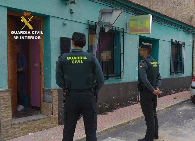 Los agentes de la Guardia Civil, durante la operación