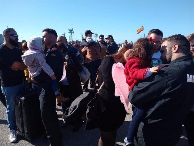 Integrantes de la frgata Cañarias recibidos por familiares en la Base de Rota