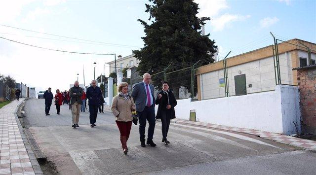 Antonio Ruiz (centro) visita las obras realizadas en la carretera de Fuente Tójar