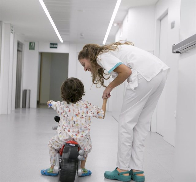 Niño hospitalizado con minimoto y enfermera de Quirónsalud