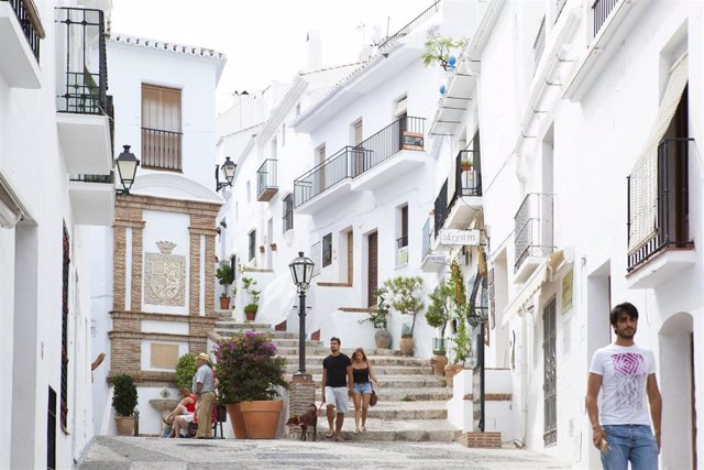 Archivo fotográfico de Turismo Andaluz. Una calle de Frigiliana.