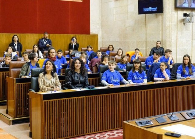 La presidenta del Parlamento de Andalucía, Marta Bosquet, y la consejera de Igualdad, Rocío Ruiz, este lunes durante el XI Pleno Infantil de Unicef.