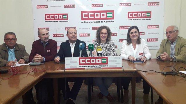 Nuria López (centro), entre Carlos Bravo y Marina Borrego, durante la rueda de prensa en la sede de CCOO en Córdoba.